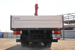 克麦罗沃,俄罗斯- 2015年5月14日:站立在建造场所的伟大的卡车起重机 免版税图库摄影