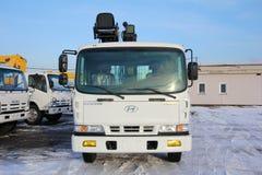克麦罗沃,俄罗斯- 2015年5月14日:站立在建造场所的伟大的卡车起重机 免版税库存照片