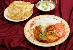 克什米尔人鸡raita和pappadums 库存照片
