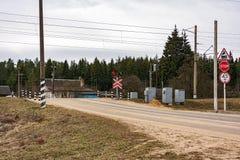 免修护的平交道口在乡区 库存照片