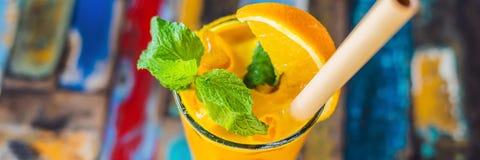免疫促进,反激动的圆滑的人用桔子和姜黄 戒毒所早晨汁液饮料,干净的吃横幅 免版税库存照片