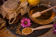 免疫的甜蜂蜜和花粉粒子 免版税库存图片