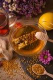 免疫的茶、蜂蜜、蜂窝和柠檬产品 库存图片