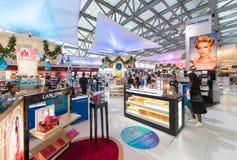 免税化妆用品购物在圣诞节前的,曼谷机场 免版税库存图片