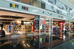 免税店在2010年5月10日,巴塞罗那,西班牙的机场 库存照片