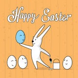 兔子与动画片面孔愉快的复活节假日横幅贺卡木纹理的油漆鸡蛋 库存图片
