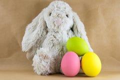 兔子兔宝宝和复活节彩蛋在工艺纸 免版税库存照片