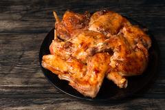 兔子在红色调味汁的一个烤箱烘烤了 免版税库存图片