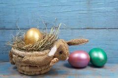 兔子型篮子用鸡蛋 库存图片