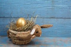兔子型篮子用鸡蛋 免版税图库摄影