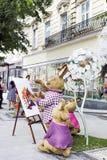 兔子家庭在商店Roshen附近戏弄在利沃夫州,乌克兰 免版税图库摄影
