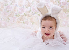 兔子服装的微笑的婴孩 免版税库存照片