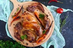 兔子油煎的片断与菜的在黑暗的背景的一个木盘子 免版税库存图片