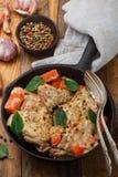 兔子炖煮的食物用红萝卜、葱、大蒜和香料 库存照片