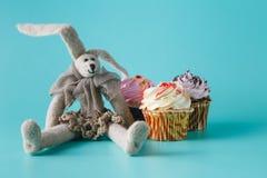 兔子玩偶用杯形蛋糕 免版税库存图片