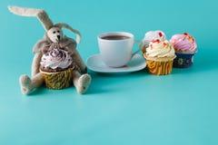 兔子玩偶用杯形蛋糕 免版税图库摄影