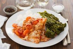 兔子用红萝卜、米和绿色在白色板材 免版税库存图片