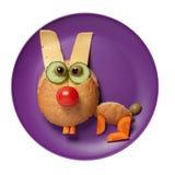 兔子由面包、乳酪和菜做成在紫色板材 库存照片