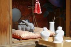 兔子石雕塑 在kachi kachi索道, Kaw的Usagi寺庙 免版税库存图片