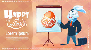 兔子穿戴衣服装饰了五颜六色的蛋复活节假日标志贺卡 库存图片