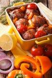 兔子被烘烤的卷与紧密菜的在烘烤盘  免版税库存照片