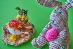 兔子采取一个五颜六色的复活节彩蛋 免版税库存图片