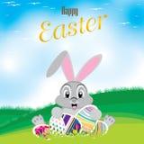 兔宝宝五颜六色的复活节彩蛋 在草甸和美丽的天空的复活节彩蛋 日愉快的复活节 免版税库存图片
