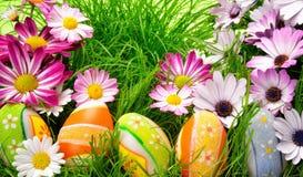 兔宝宝五颜六色的装饰复活节彩蛋 免版税库存图片
