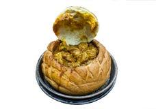 兔宝宝周-南非羊肉咖喱服务在一个空心面包小圆面包里面 库存图片