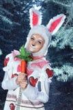 兔宝宝在冬天森林里 免版税库存图片