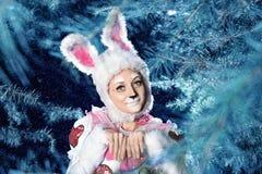 兔宝宝在冬天雪森林里 免版税图库摄影