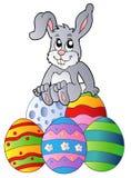 兔宝宝复活节彩蛋堆 免版税库存照片