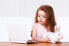 兔宝宝女孩膝上型计算机 免版税图库摄影