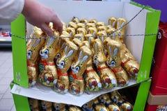 兔宝宝巧克力复活节甜传统 免版税图库摄影