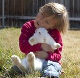 兔宝宝拥抱 免版税库存照片