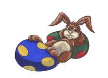 兔宝宝放松的复活节 免版税库存图片