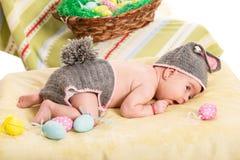 兔宝宝服装的新出生的女婴 免版税库存图片