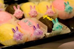 兔宝宝杯形蛋糕 免版税库存图片