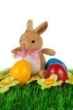 兔宝宝用五颜六色的复活节彩蛋 库存图片