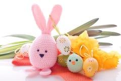 兔宝宝用复活节彩蛋和春天花 免版税库存图片