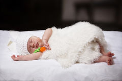 兔宝宝的衣服的睡觉的婴孩 库存图片