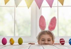 兔宝宝耳朵女孩佩带 免版税库存照片