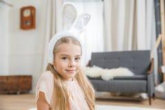 兔宝宝耳朵的女孩 免版税库存照片