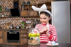 兔宝宝耳朵的女孩 图库摄影