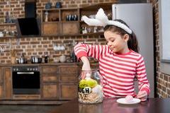 兔宝宝耳朵的女孩 免版税图库摄影