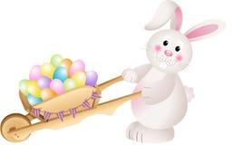 兔宝宝运载的手推车充分用红萝卜复活节彩蛋 免版税库存照片
