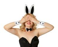 兔宝宝闭合的眼睛滑稽的女孩她的诉讼 免版税库存图片