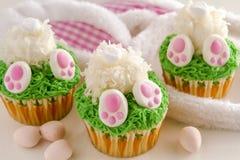 兔宝宝靶垛柠檬杯形蛋糕复活节款待 免版税库存照片