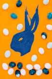 兔宝宝顶视图由蓝色沙子和复活节彩蛋制成 库存图片
