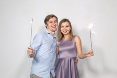 党、庆祝、事件和假日概念-在蓝色衬衣和妇女打扮的人打扮在紫色礼服举行a 免版税库存图片
